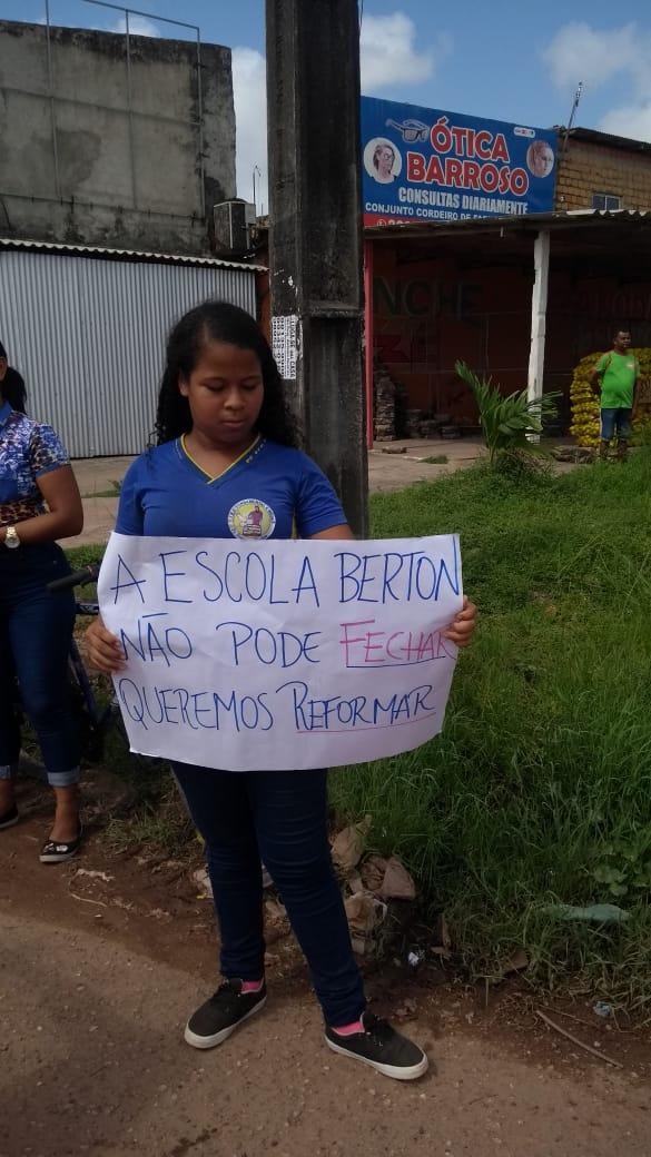 Ameaça de fechamento e água contaminada levam estudantes do Berton às ruas