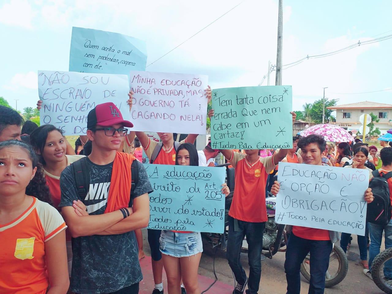 ESTUDANTES DO COLÉGIO NICIAS RIBEIRO PROTESTAM POR MELHORIAS E REFORMA