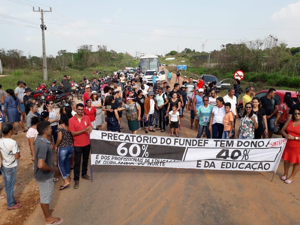 Educadores de Ourilândia interditam via