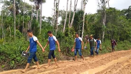 Em Magalhães Barata alunos enfrentam lama para chegar à escola