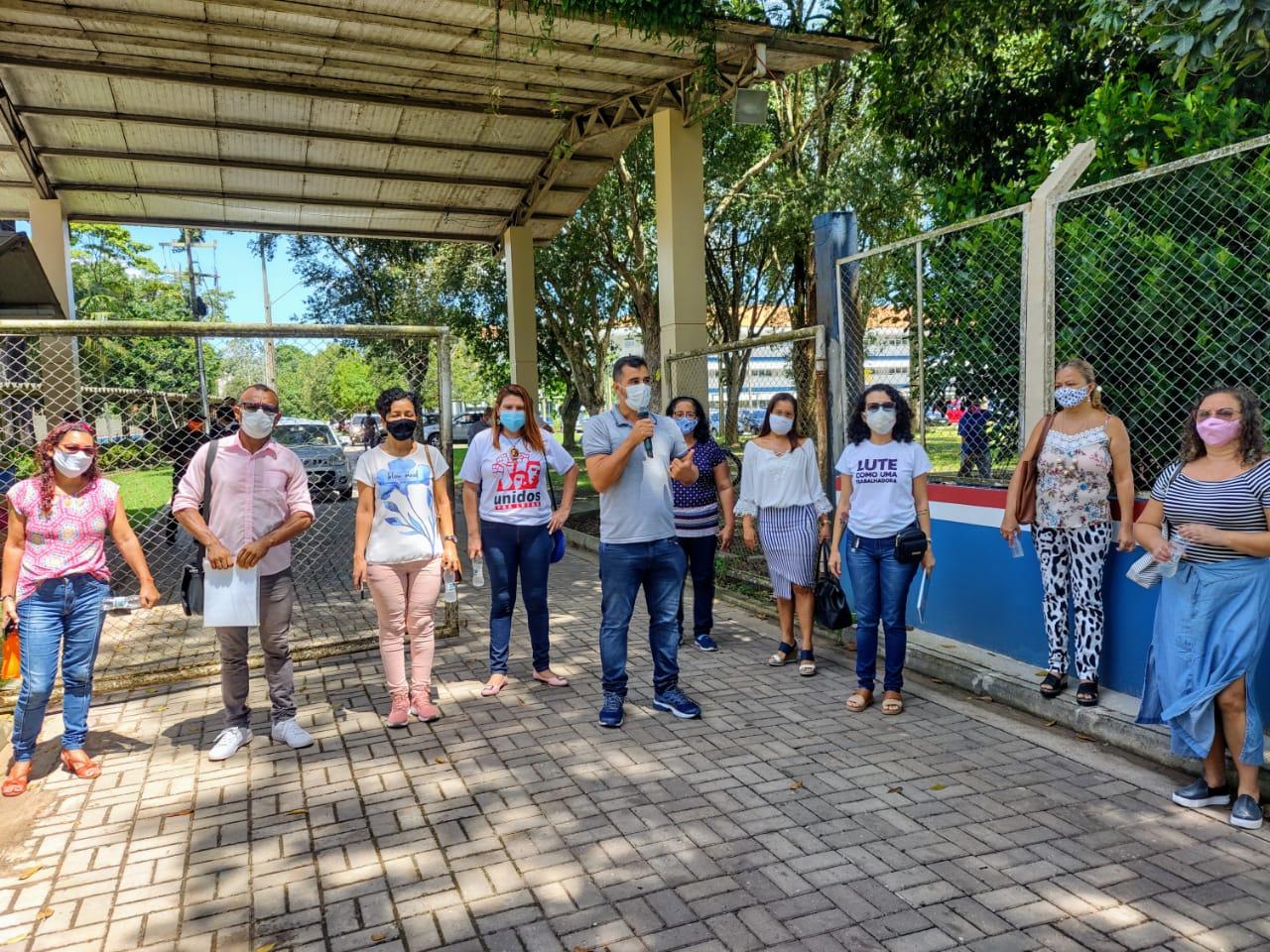 Especialistas em Educação protestam na frente do Seducão